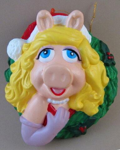 File:Kurt adler christmas miss piggy wreath ornament.jpg