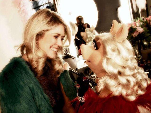 File:BILD-CarolinDendler&MissPiggy-VerleihungDerGoldenenKamera-(2012-02-04).jpg