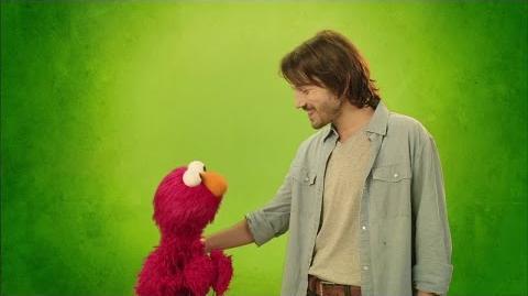 Diego Luna practica sus emociones con Elmo de Sesame Amigos