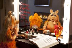 BAFTA-MissPiggy-Orange-Hosting-(2012)01