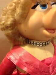 Piggy plush Presents - necklace detail