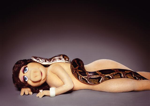 File:Zink-MikeRuiz-MissPiggyAndTheSerpent-(2005).jpg