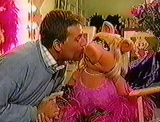 File:Kiss Piggy Reinout Oerlemans.jpg