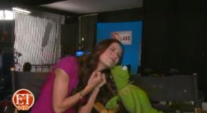 File:Kermit-ET-Kiss.png