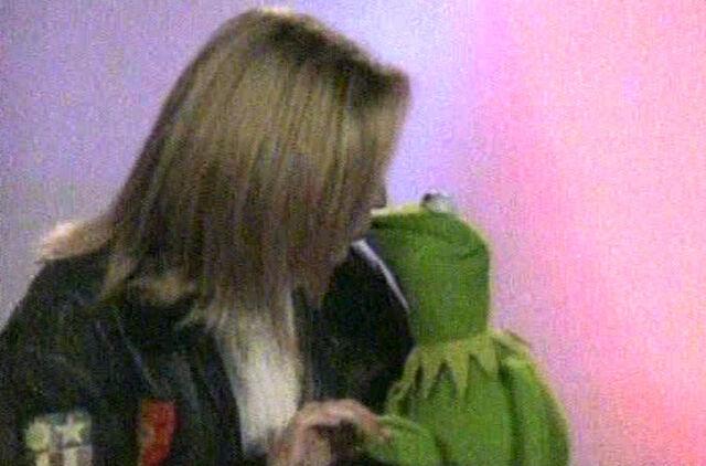 File:Kiss Jackie Brambles Kermit.jpg