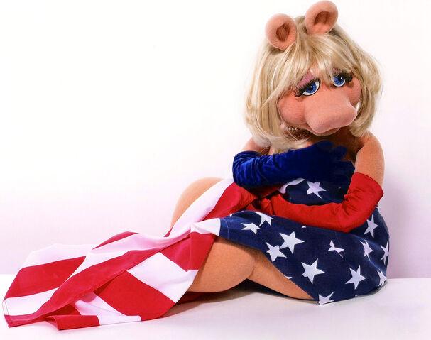 File:MissPiggy-AmericanFlag.jpg