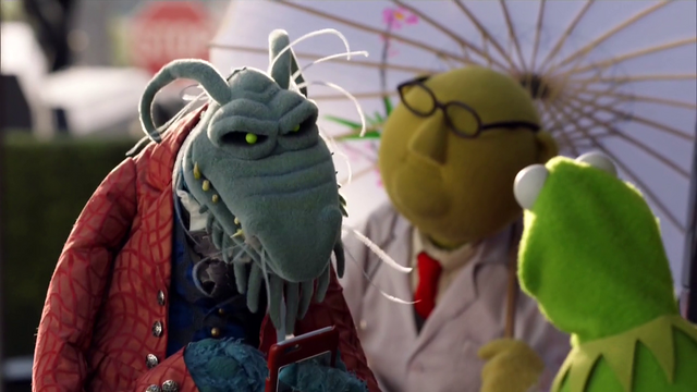 File:TheMuppets-S01E05-UncleDeadly-UmbrellaBunsen-Kermit.png