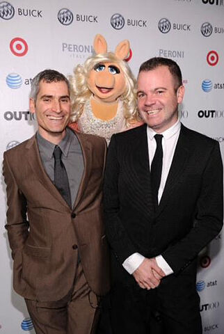 File:OUT100-RedCarpet-MissPiggy&OUTeditor-in-chiefAaronHicklin-(2011-11-18).jpg