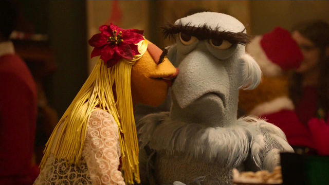 File:TheMuppets-S01E10-Janice&Sam-Kiss.png