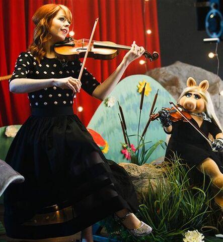 File:Lindsey Stirling Piggy.jpg
