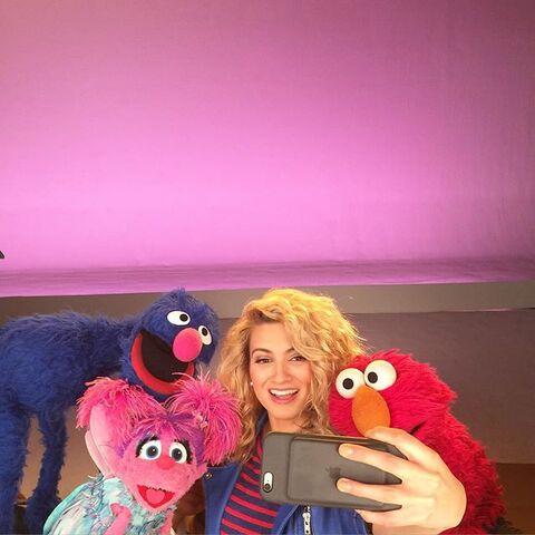 File:ToriKelly-Grover-Abby-Elmo.jpg