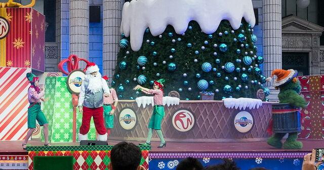 File:Ussingapore dec 2013 sesame street saves christmas show 6.jpg