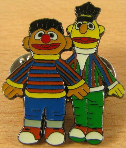 File:Sesam ernie bert dolls pin.jpg