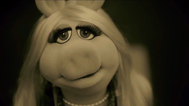 File:Miss Piggy Adele Hello spoof 02.png