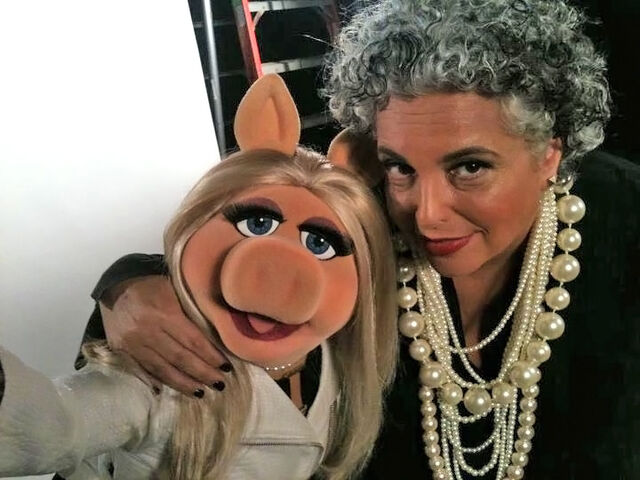 File:NYFW-2011-MissPiggy-and-LeeoraCatalan-of-nOirJewelry.jpg