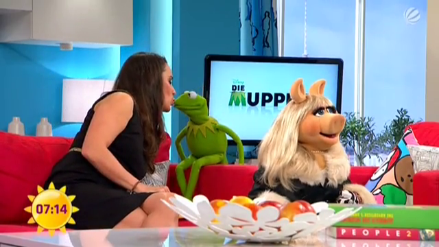 File:SAT.1-Frühstücksfernsehen-Kiss-Kermit&SimonePanteleit-(2012-01-20).png