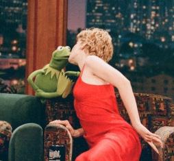 File:Kiss Jenna Elfman and Kermit.jpg