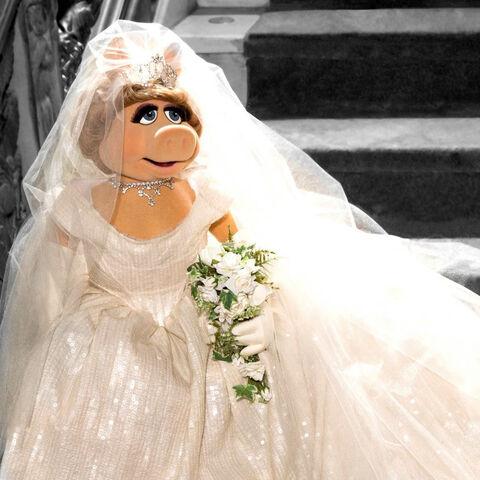 File:Piggy wedding Muppets Most Wanted.jpg