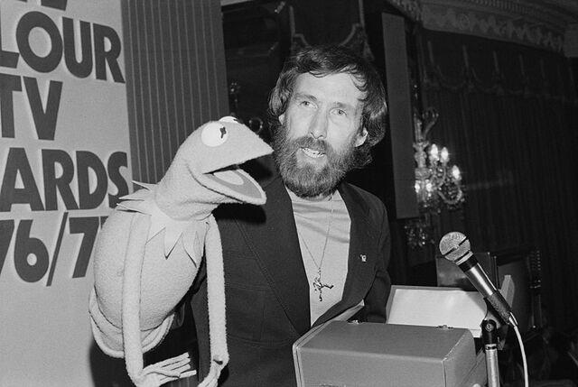 File:Jim Henson Kermit pendant Pye TV Awards London May 23, 1977.jpg