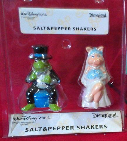 File:Disney theme parks kermit piggy wedding salt pepper shakers 1.jpg