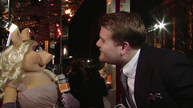 File:BAFTA-Awards-2012-MissPiggy&JamesCorden.png