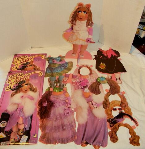 File:Colorforms 1980 miss piggy paper doll set 1.jpg