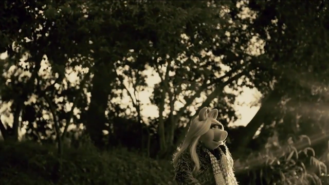 File:Miss Piggy Adele Hello spoof 03.png