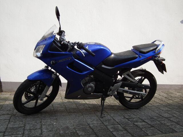 File:Blaue Honda CBR 125R.jpg
