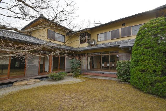 File:Karasu's Main Garden.jpeg