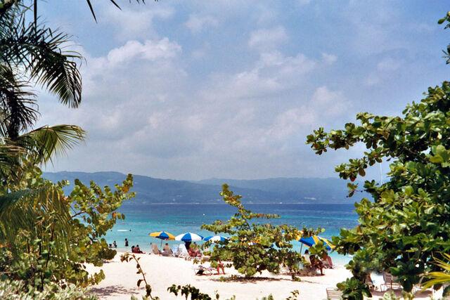 File:Lovia - Sofasi Beach - DoctorsCaveBeach.jpg