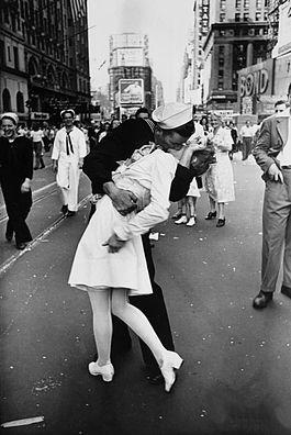 File:Legendary kiss V–J day in Times Square Alfred Eisenstaedt.jpg