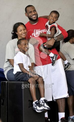 File:103304244-lebron-james-with-his-family-savannah-gettyimages.jpg
