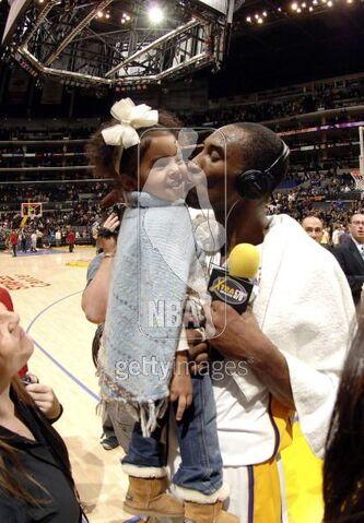 File:Kobe Bryant kiss Natalia.jpg