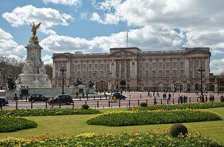 800px-Buckingham Palace, London - April 2009