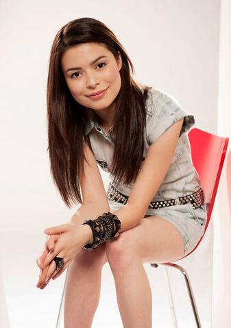 File:Miranda Cosgrove MTV photoshoot (2010) -3.jpg