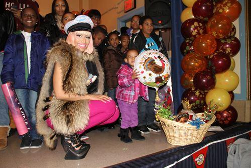 File:Nicki-minaj-hands-out-free-turkeys-to-her-old-school-in-queens9.jpg