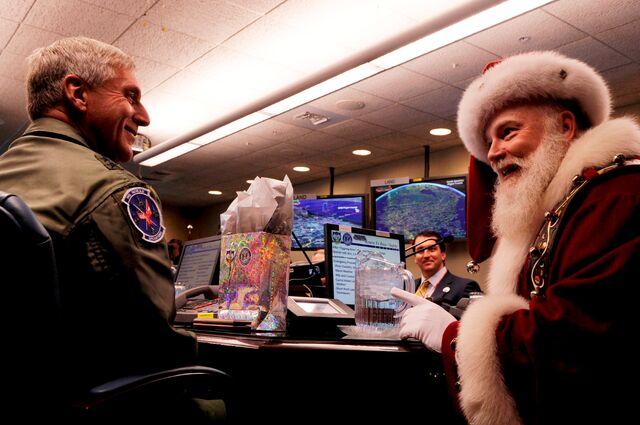 File:2008 - Santa NORAD Pre-Breif.jpg