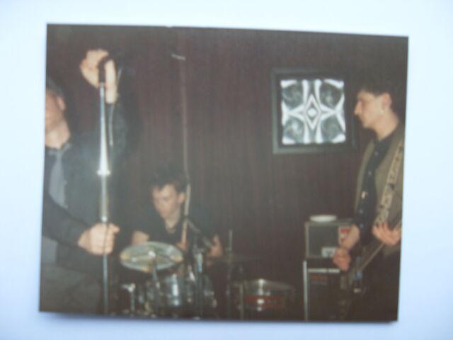 File:Der kitsch live at the jacquard.JPG