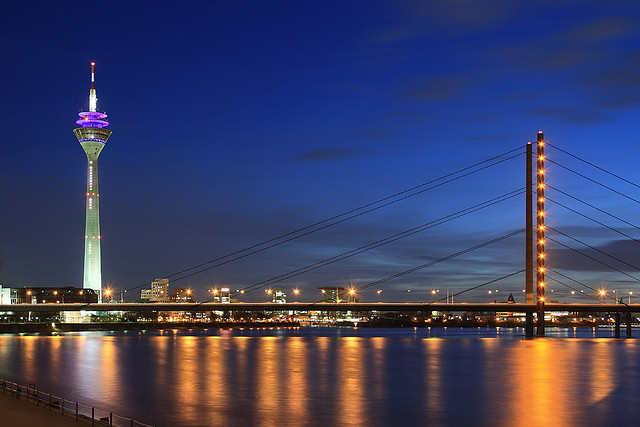 File:Rheinkniebrücke at night.jpg