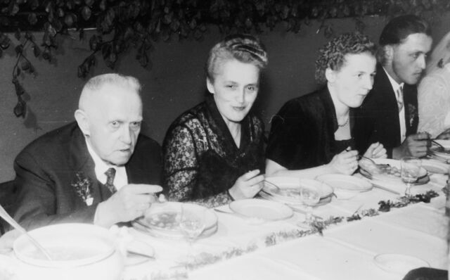 Datei:1955 Hochzeitsgaeste.jpg