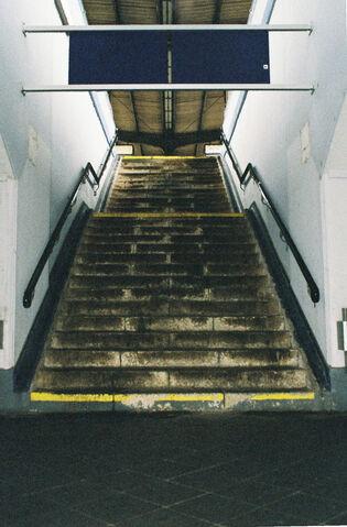 Datei:Bahnhof Treppenaufgang.jpg