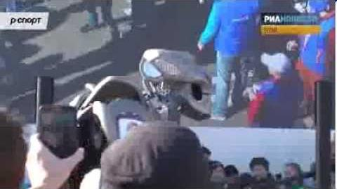 Робот Титан танцевал под песню Gangnam Style перед болельщиками в Сочи