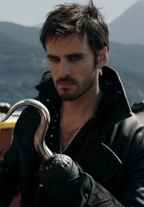 https://vignette2.wikia.nocookie.net/onceuponatime/images/f/f2/Killian_Jones_Capitaine_Crochet_2x04.png/revision/latest/scale-to-width-down/210?cb=20160413140011&path-prefix=fr