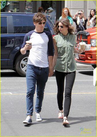 File:Louis-tomlinson-girlfriend-starbucks-05.jpg