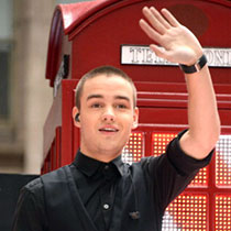 File:Rabid-band-of-Directioners-attack-Liam-Payne-in-the-airport.jpg