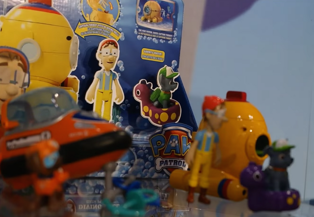 File:PAW Patrol Cap'n Turbot Captain Toy with Diving Bell and Rocky 2.png