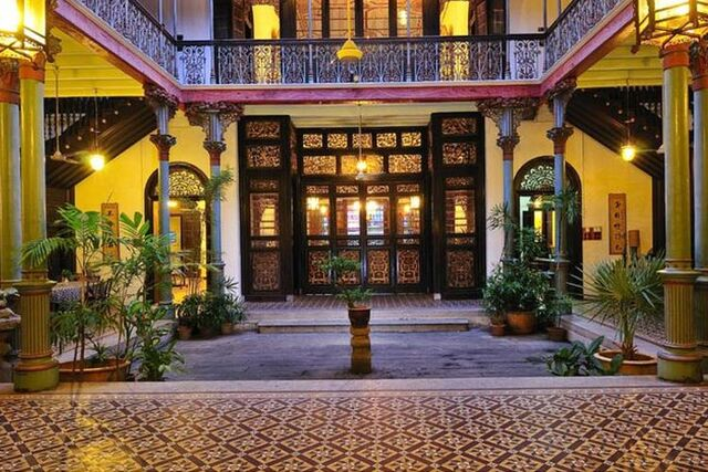 File:Cheong Fatt Tze Mansion courtyard, George Town, Penang.jpg