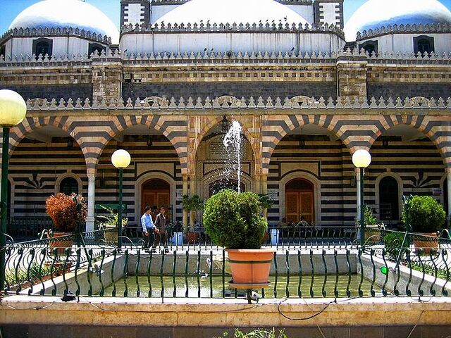 File:Mosque courtyard, Khalid ibn al Walid Mosque.jpg