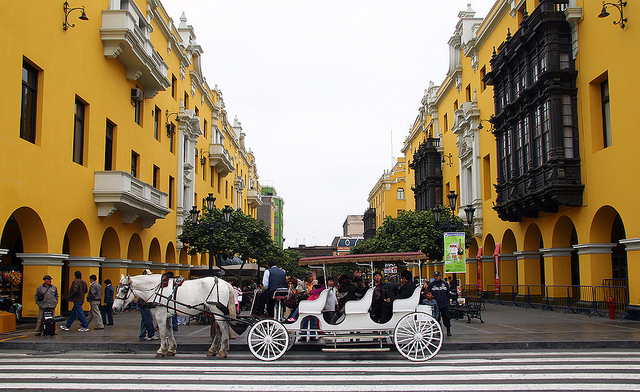 File:Horse and carriage in Plaza de Armas.jpg