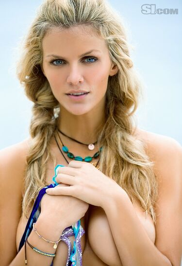 Brooklyn-Decker-bikinis-28273244-670-977